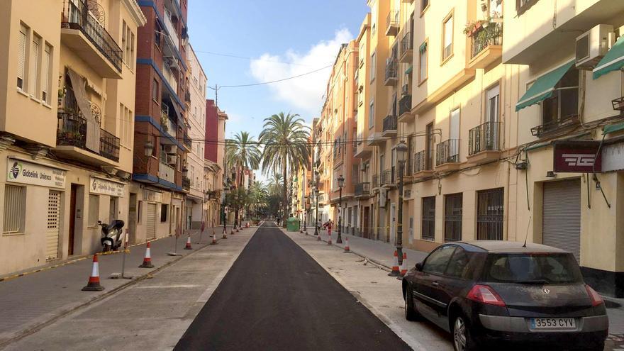 La fase final de las obras de reurbanización de la calle Barraca, en el Cabanyal