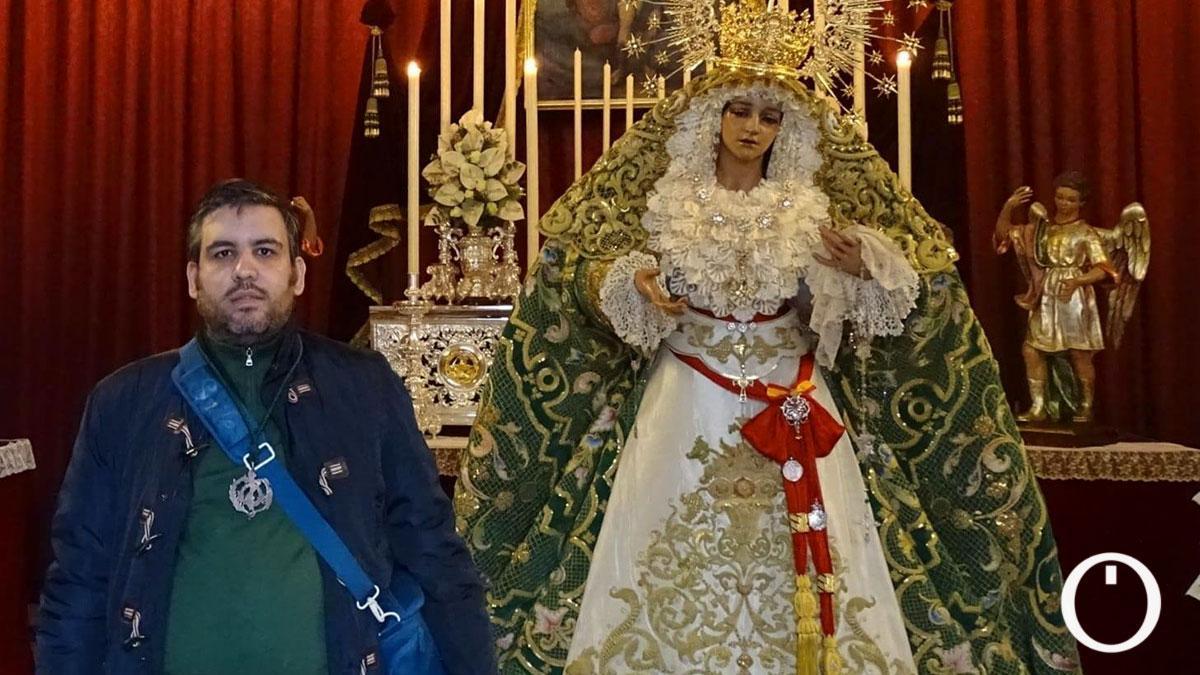 José Prieto, junto a la Virgen de la Esperanza.
