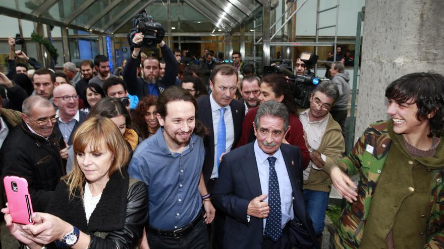 Simpatizantes de Podemos han recibido a Pablo Iglesias a su llegada al Gobierno de Cantabria. | NACHO ROMERO