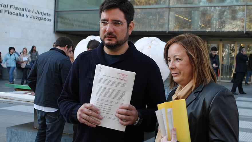 Ignacio Blanco y Marga Sanz en la Ciudad de la Justicia de Valencia tras presentar la querella