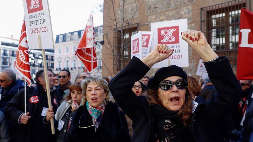 Protestas de los trabajadores de la Zarzuela contra su fusión con el Real/ EFE