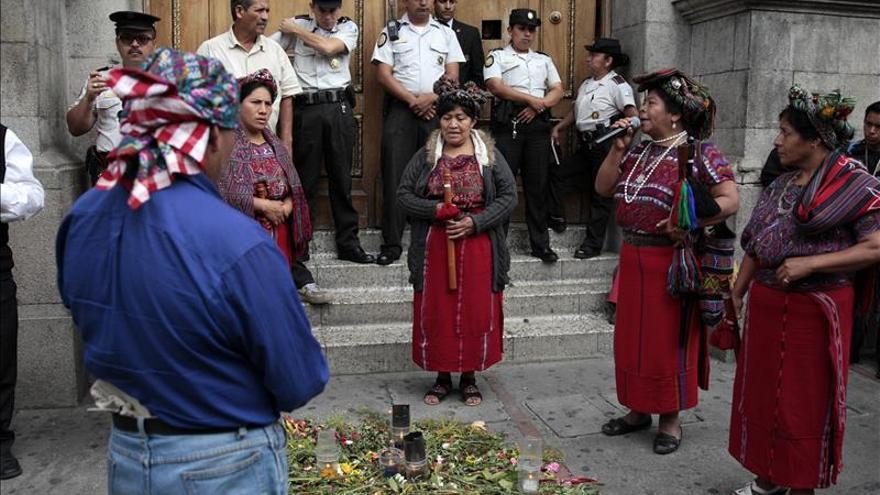 Indígenas presionan en las afueras del Congreso de Guatemala para aprobar la reforma electoral