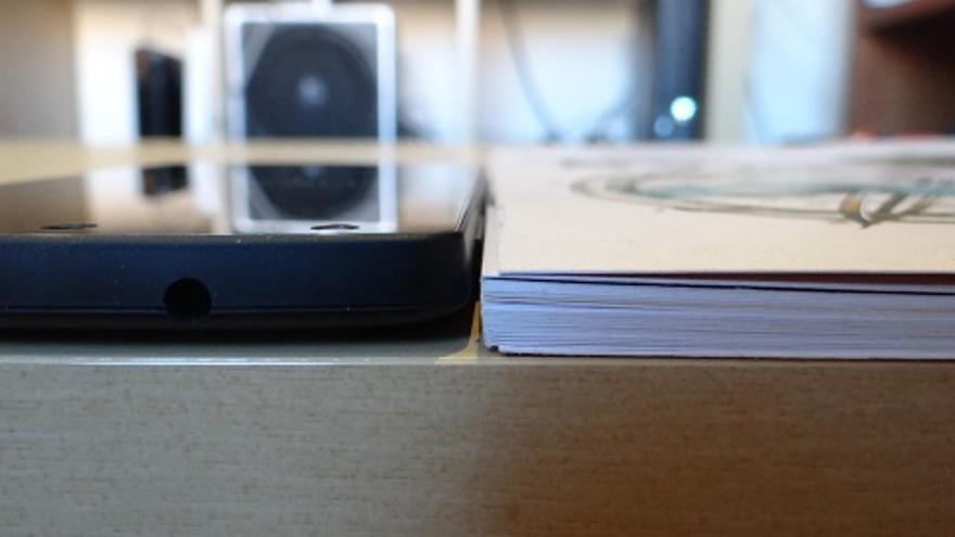 Nexus 5 junto a Cuadernos de El Diario