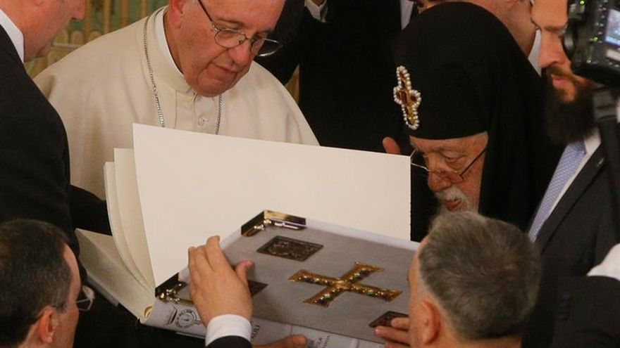 El papa animó a los ortodoxos a la unidad ante un mundo sediento de paz