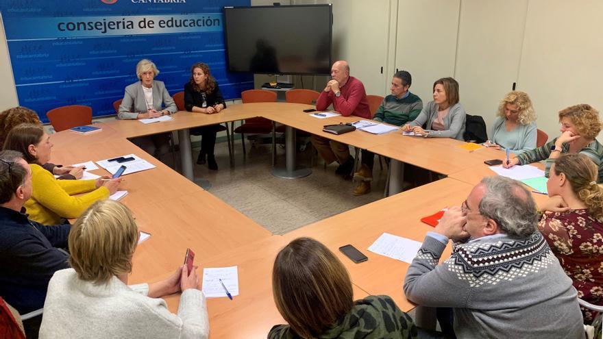 Reunión del comité de empresa con la consejera de Educación, Marina Lombó.