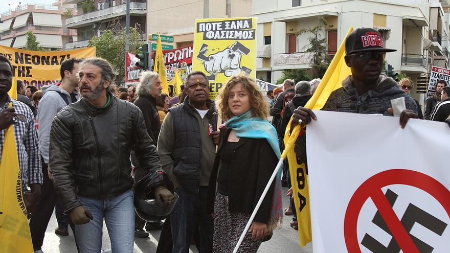 Manifestantes de la marcha contra Amanecer Dorado en las cercanías del lugar del juicio. Foto: Aitor Sáez