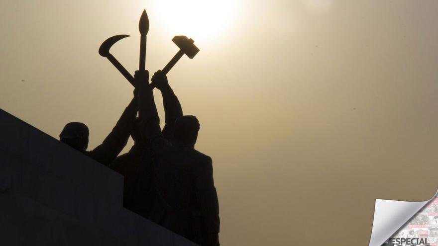 Estatua con simbología comunista a contraluz. (CA).