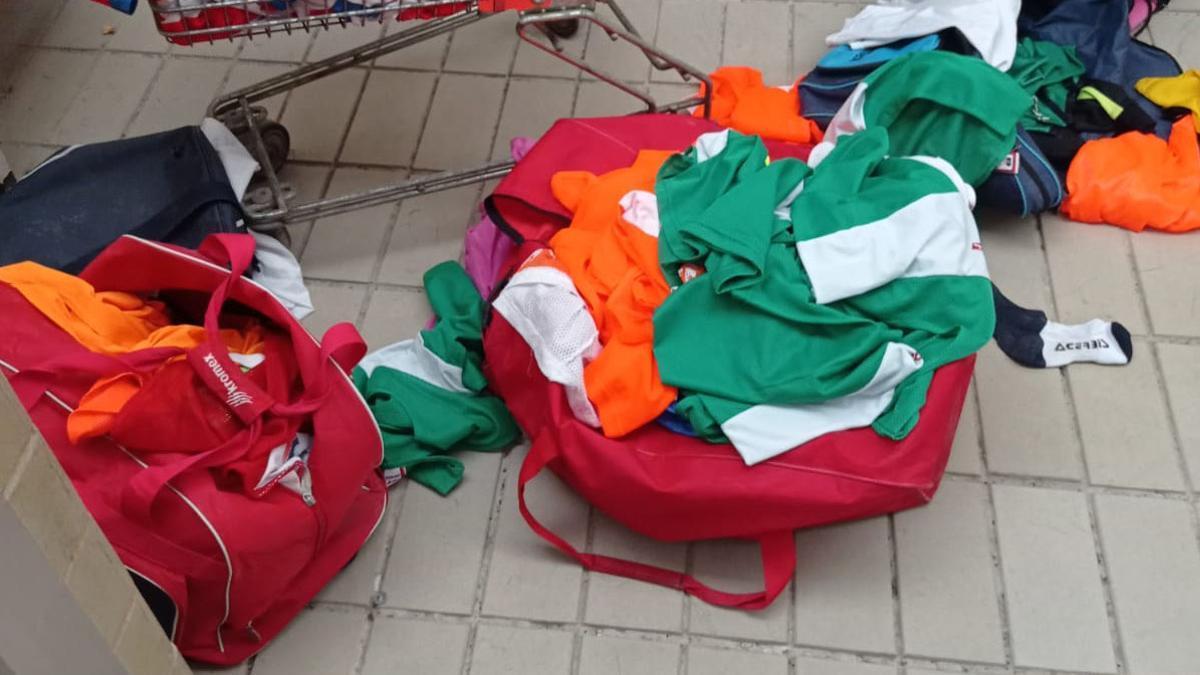 Ropa saqueada en la sede deportiva del CD Miralbaida