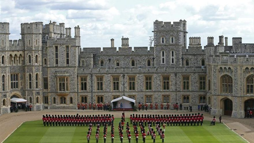 Se expone el guardarropa de la reina Isabel II en el castillo de Windsor