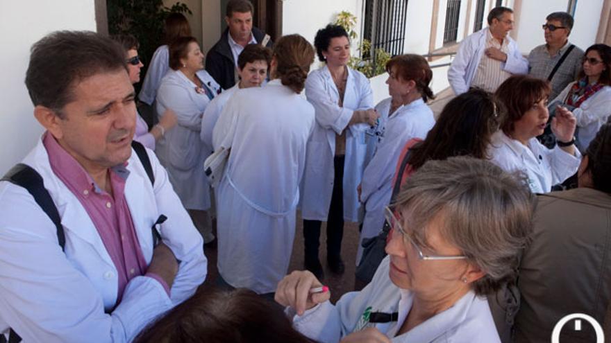 Un grupo de médicos, concentrado | MADERO CUBERO