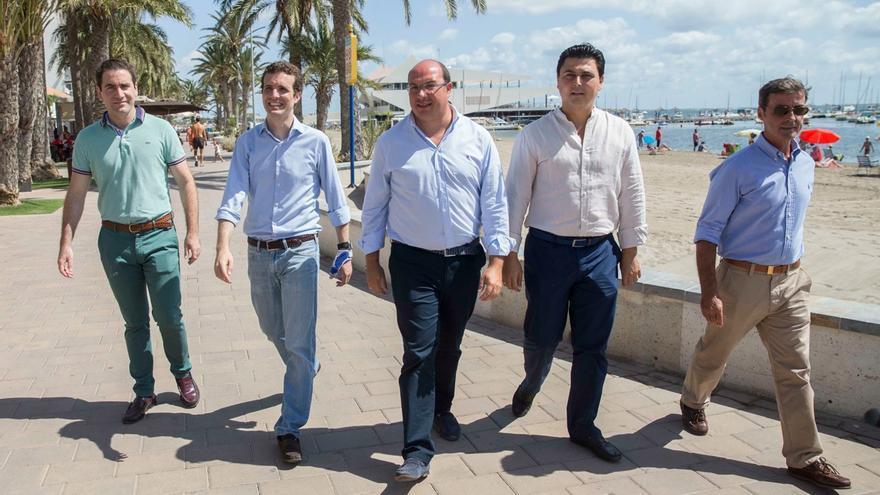 Pablo Casado y Pedro Antonio Sánchez (en el centro), junto al diputado Teodoro García y el alcalde de San Javier, en el Mar Menor