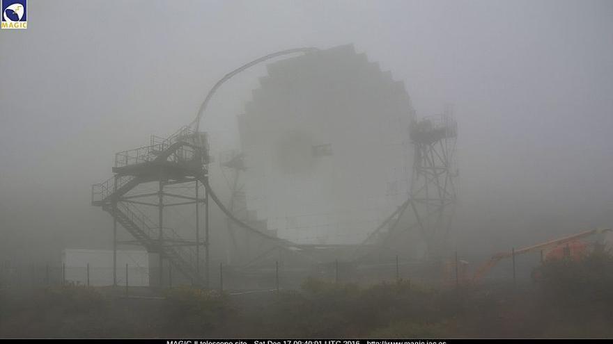 En la imagen, uno de los telescopios MAGIC situados en el Roque de Los Muchachos, este sábado, envuelto por la niebla. Imagen captada de la webcam los MAGIC.