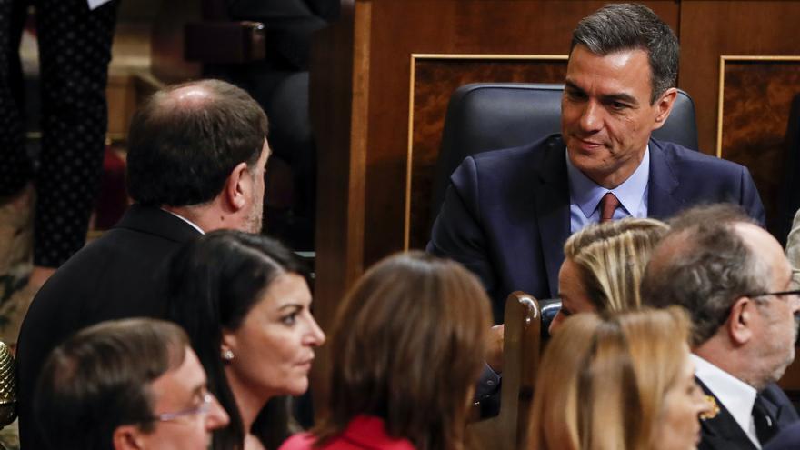El líder de ERC, Oriol Junqueras, se acerca a saludar a Pedro Sánchez tras votar en la sesión de constitución de las Cortes.