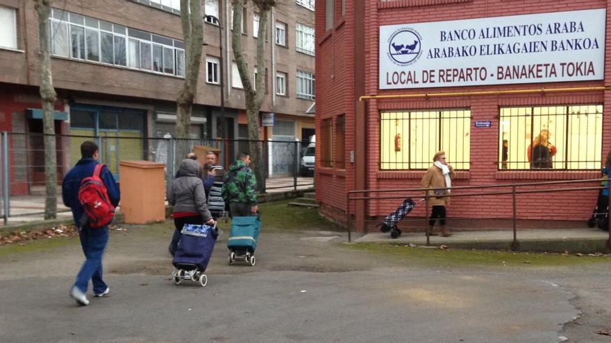 Varios ciudadanos se acercan este jueves al banco de alimentos de Vitoria.