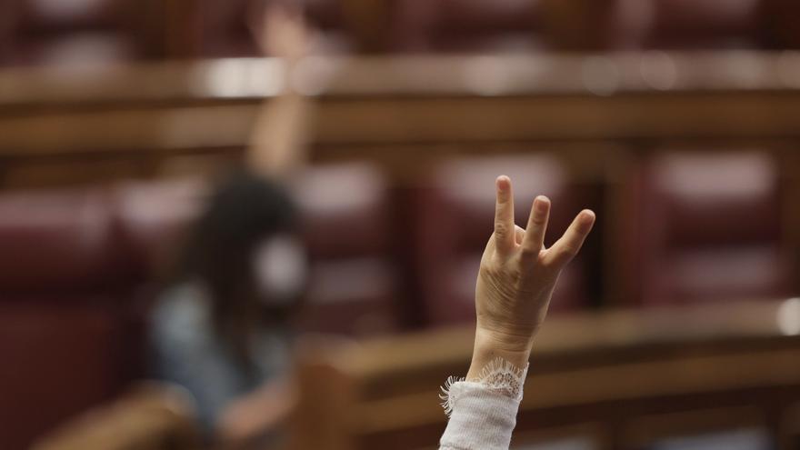 Un miembro del hemiciclo vota durante una sesión plenaria en el Congreso