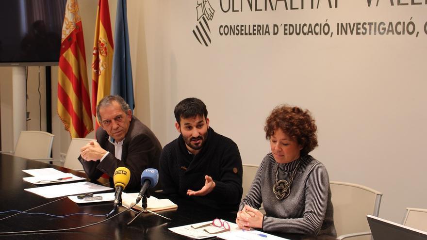 Miguel Soler, Vicent Marzà y Josefina Bueno durante la presentación del programa de becas