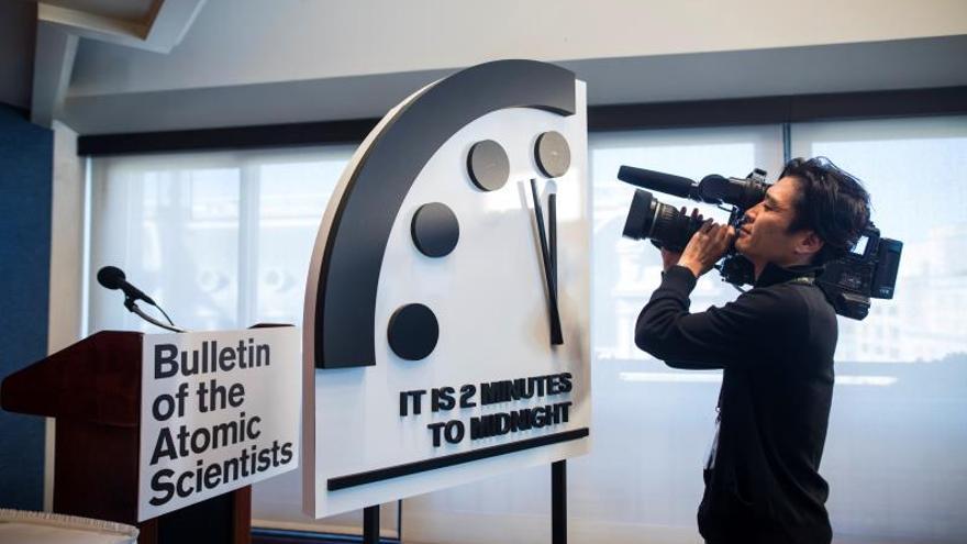 """Este """"Reloj del Juicio Final"""" (""""Doomsday Clock"""", en inglés) es un símbolo dirigido por un grupo de científicos, entre ellos trece premios Nobel, creado en 1947, sobre los riesgos que afronta el mundo y que pretende indicar lo cerca que está el fin de la humanidad. EPA/JIM LO SCALZO/Archivo"""