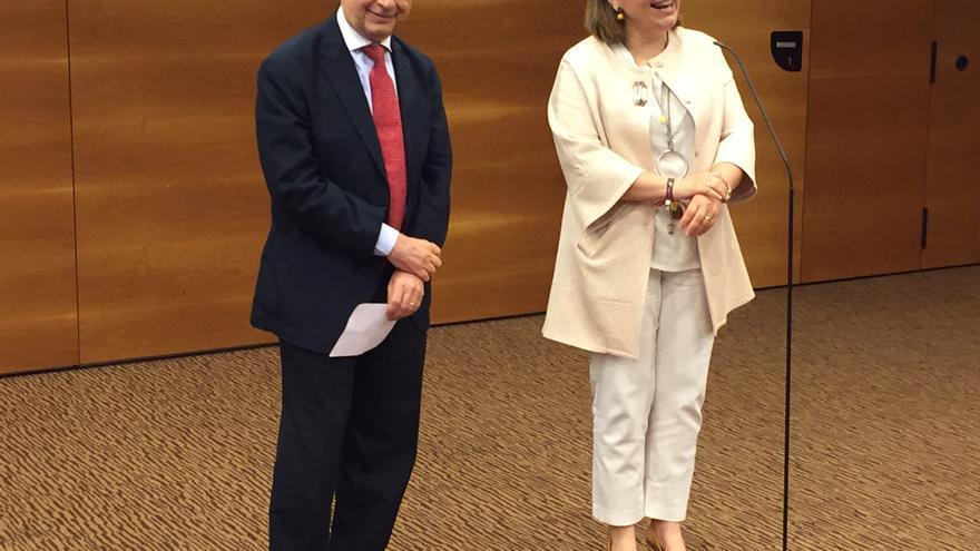 El ministro de Hacienda, Cristobal Montoro, y la líder del PP valenciano, Isabel Bonig, en Valencia.