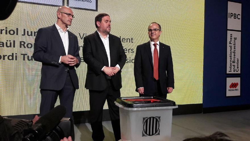 Romeva, Junqueras y Turull enseñan el modelo de urnas elegido para el 1-O