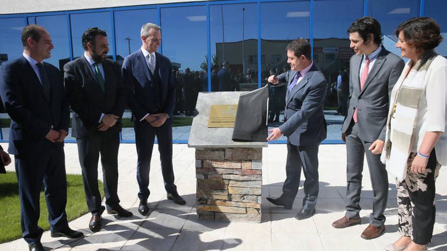 Sobre estas líneas, momento del descubrimiento de la placa conmemorativa de la inauguración de la planta FOTO: JCCM