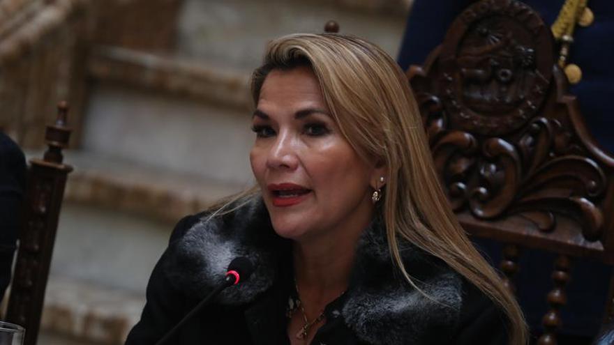En la imagen un registro de la presidenta interina de Bolivia, Jeanine Áñez.