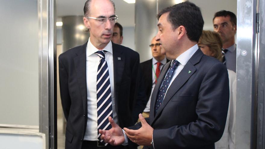 El conselleiro de Sanidad de la Xunta, Jesús Vázquez Almuiña, con el consejero delegado de Povisa