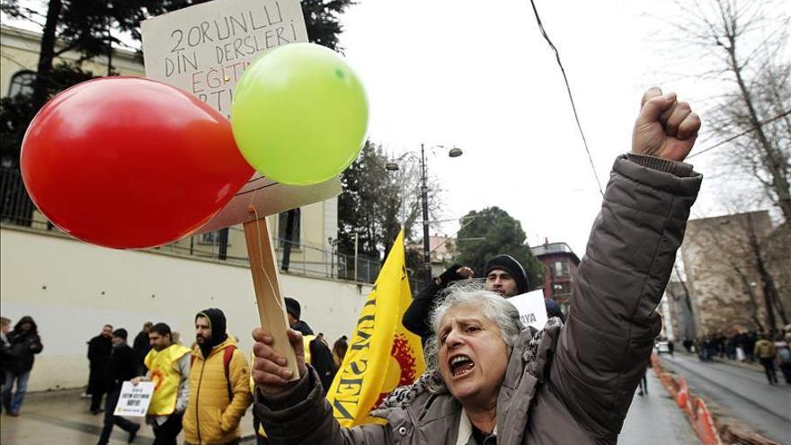 Maestros y alumnos protestan contra la islamización del sistema educativo turco