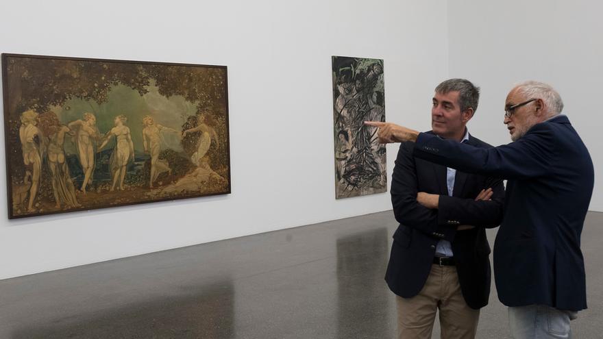 El presidente del Gobierno de Canarias, Fernando Clavijo, junto a uno de los comisarios de la exposición.