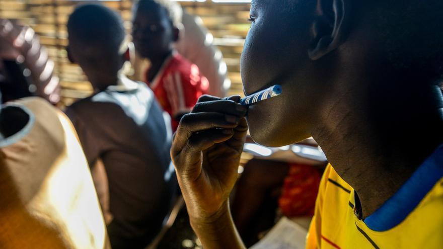 Luny, de 14 años, fue niño soldado durante tres en Sudán del Sur. Tras su liberación ha podido ir a clase por primera vez. La imagen está tomada el 13 de agosto de 2016 en el Centro de Protección de Civiles cercano a Bentiu, en el estado de Unity (sudán del Sur).   © UNICEF/UN028373/Rich.