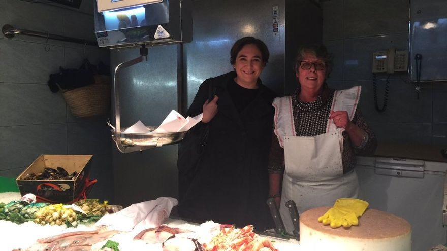 Ada Colau en una pescadería del mercado de la Concepción de Barcelona