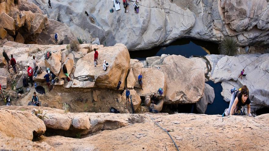 Las escaladas incontroladas deterioran un emblemático barranco de Fuerteventura mientras Cabildo y Gobierno promocionan su práctica