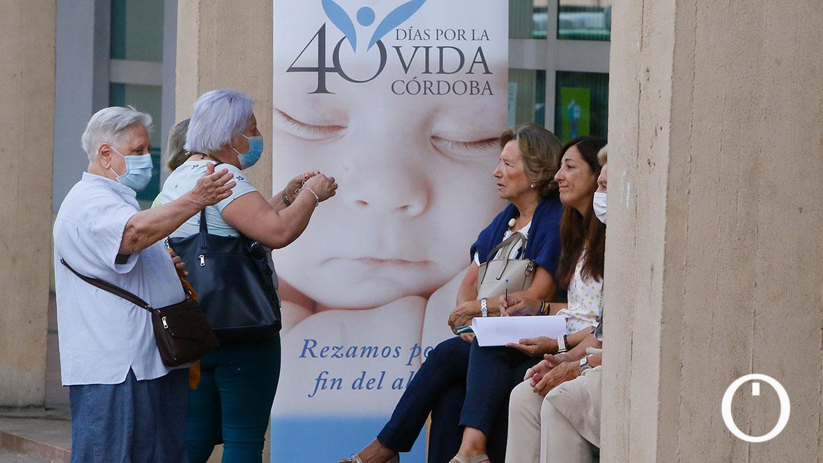 Rezos ante una clínica donde se practican abortos en Córdoba