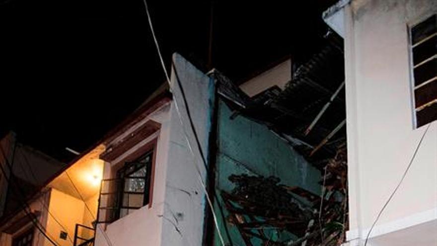 En la foto derrumbe de una vivienda en la ciudad de Guayaquil, en Ecuador. EFE