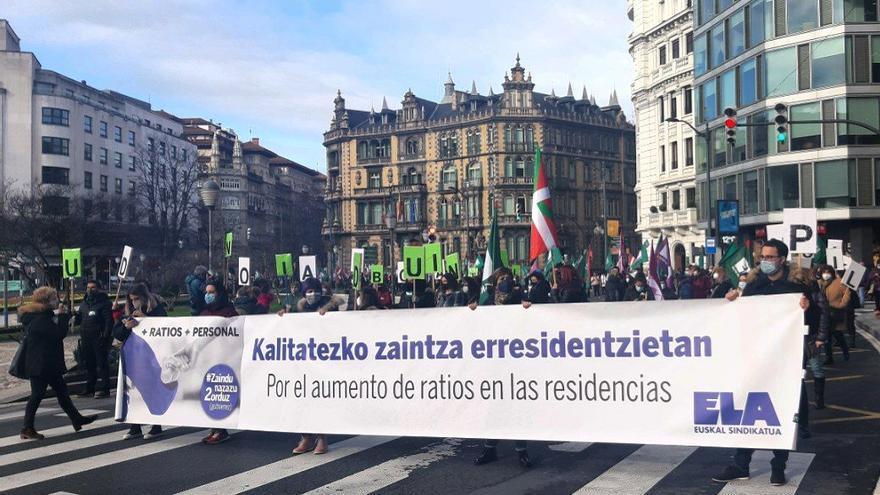 """Las trabajadoras de cuidados en Euskadi denuncian la precariedad laboral que sufren y reivindican un servicio """"digno y público"""""""