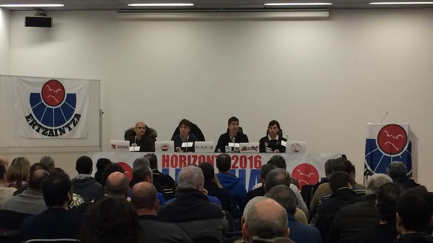 Momento de la asamblea de ertzainas celebrada en Bilbao.