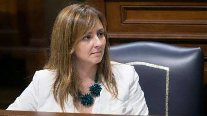 Nieves Lady Barreto, consejera de Política Territorial, Sostenibilidad y Seguridad del Gobierno de Canarias, en el  Parlamento regional.
