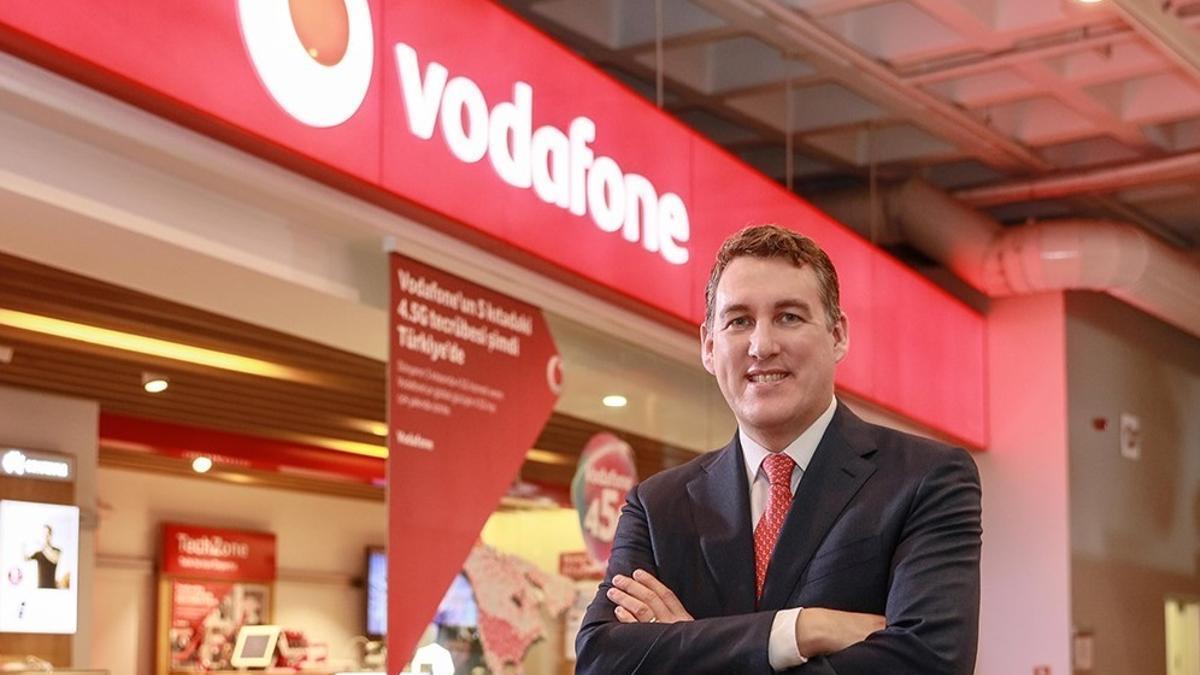 El consejero delegado de Vodafone España, Colman Deegan, frente a una tienda de la compañía.