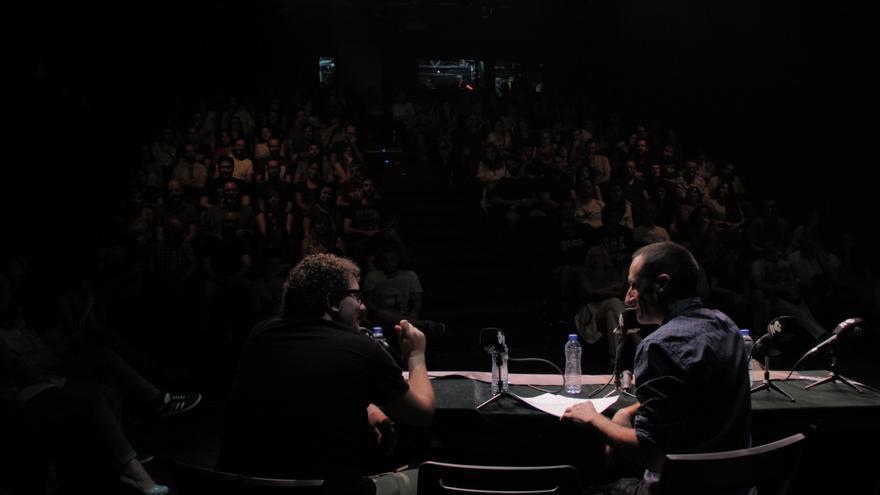 Facu y Javier espaldas Carne Cruda en el Teatro del Barrio