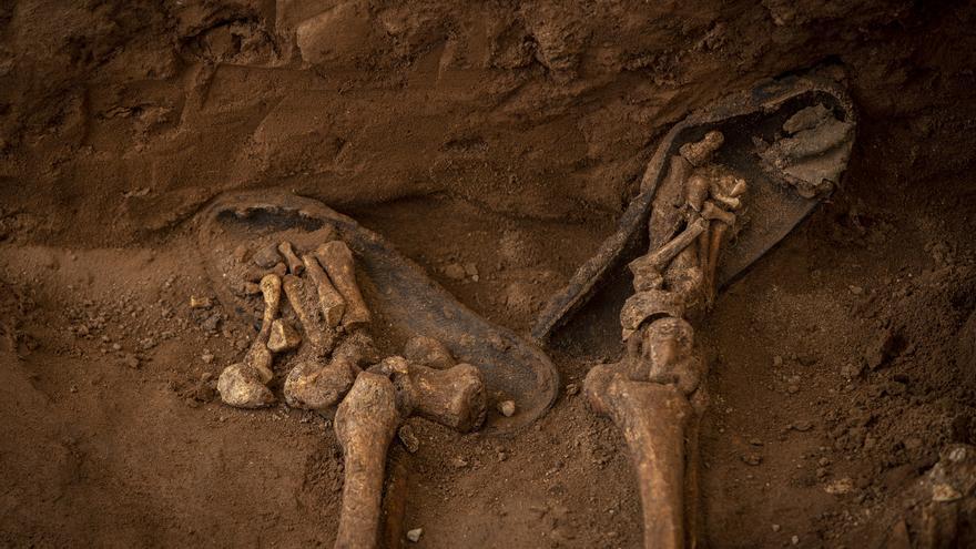 Excavación de las fosas del franquismo en el cementerio civil de Castelló.