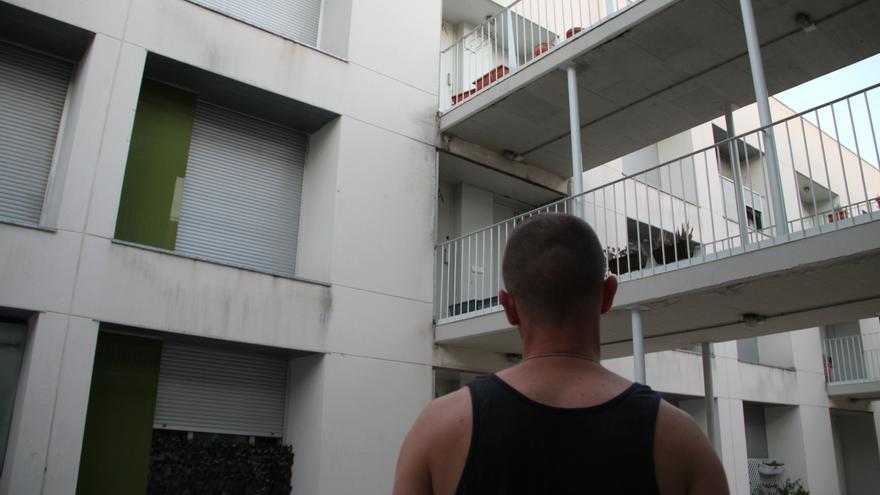 Jose mira desde el patio común de vecinos su casa, en el barrio de La Peseta. \ S.P