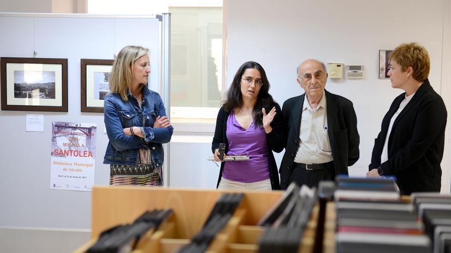 Miguel Perdiguer, segundo por la derecha, en la inauguración de la exposición.