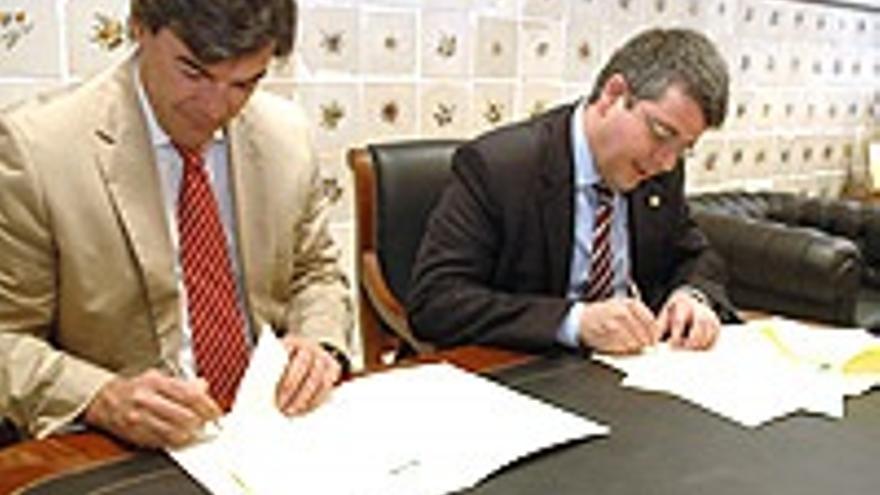 Felipe Espinosa, en 2008, a la izquierda en la firma de un convenio.