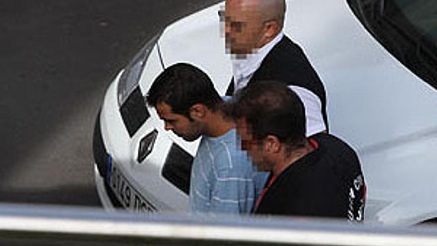El detenido como presunto agresor de la pequeña, en el momento de pasar a disposición del juez. (ACFI PRESS)