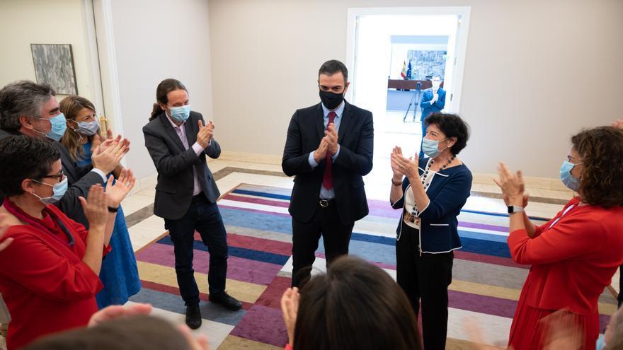 Los ministros aplauden a Pedro Sánchez a su llegada de Bruselas.
