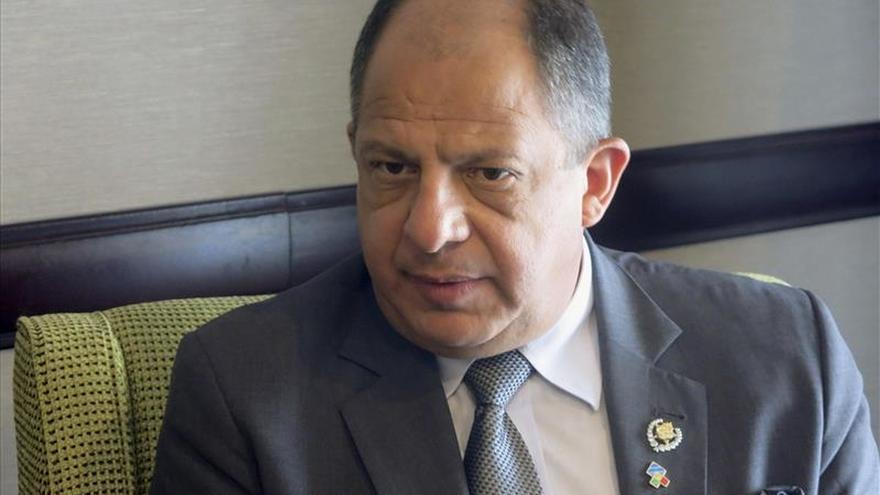 El presidente Solís parte hacia Cuba para una visita oficial de dos días
