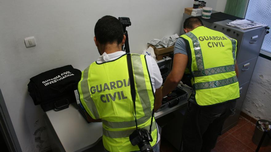 En la imagen, dos agentes de la Guardia Civil.
