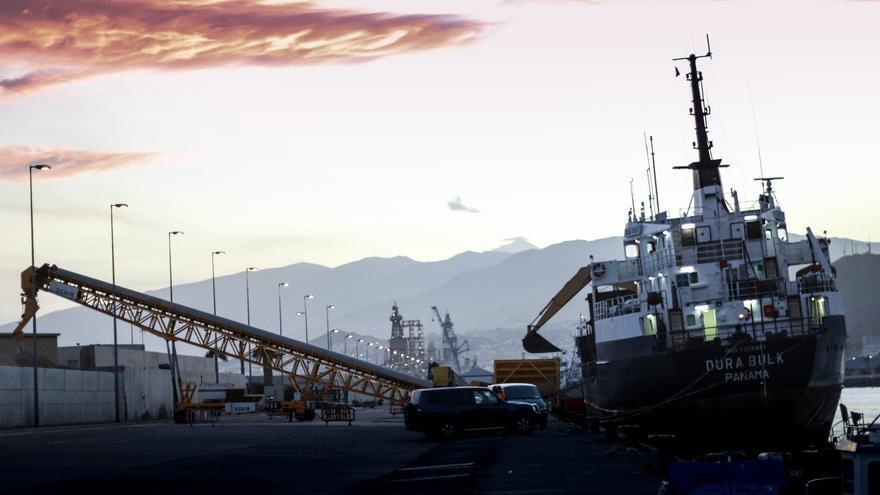 El buque 'Dura Bulk' descarga arena en el Puerto de Santa Cruz el 27 de noviembre de 2017