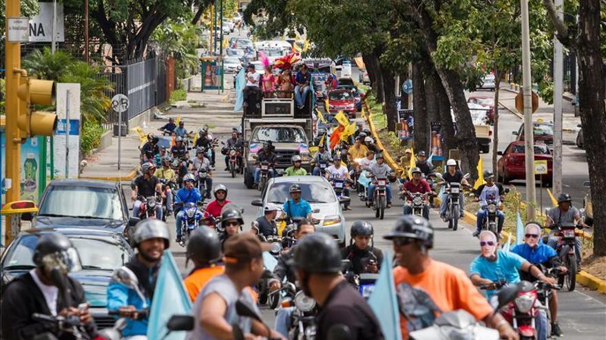"""La oposición venezolana realiza la """"caravana del cambio"""" en el segundo día de campaña"""