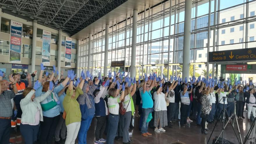 Gente reunida en el 'hall' del Intercambiador de la capital tinerfeña, en el acto de homenaje a Isabel Canino