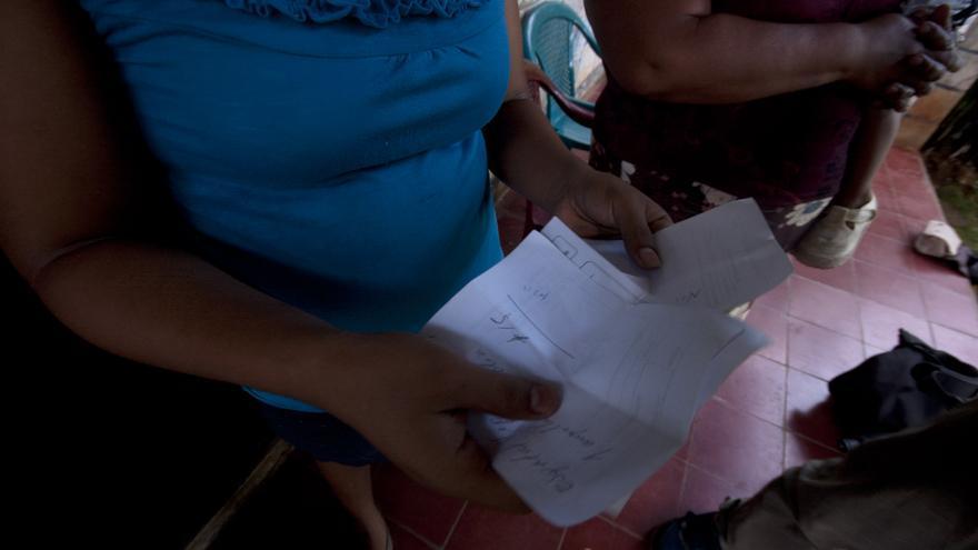 Esmeralda muestra las recetas que no puede costearse/ Fotografía: Alba Sotelo Leal-Agareso